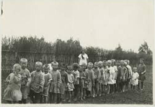 Воспитанники детского дома на прогулке