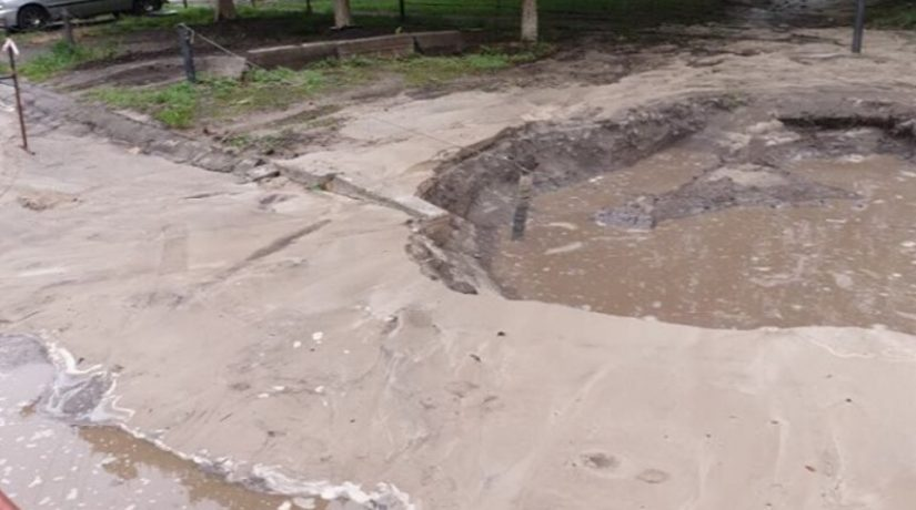 На улице Симиренко из-за прорыва трубы в яму попали два автомобиля