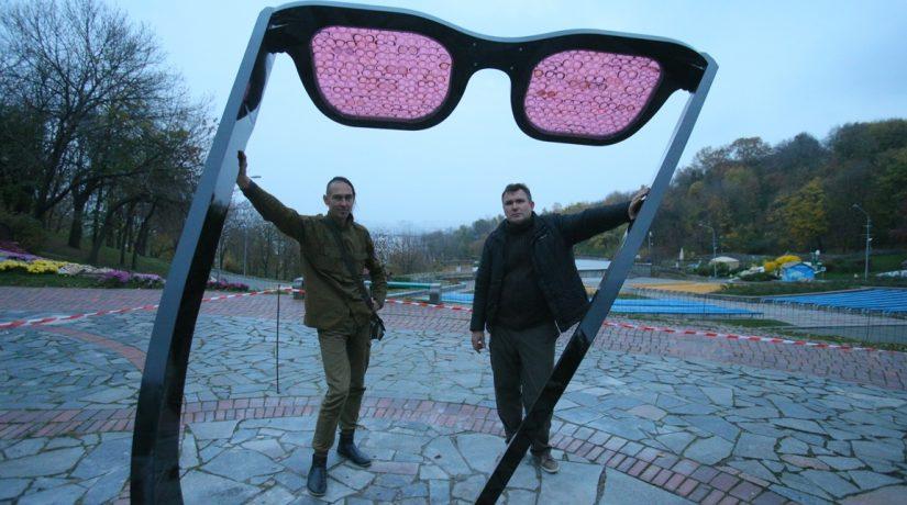 На Певческом поле демонтировали арт-объект в виде огромных розовых очков