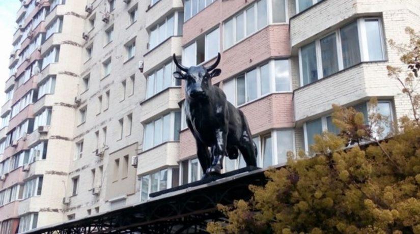 На Позняках появилась скульптура черного быка