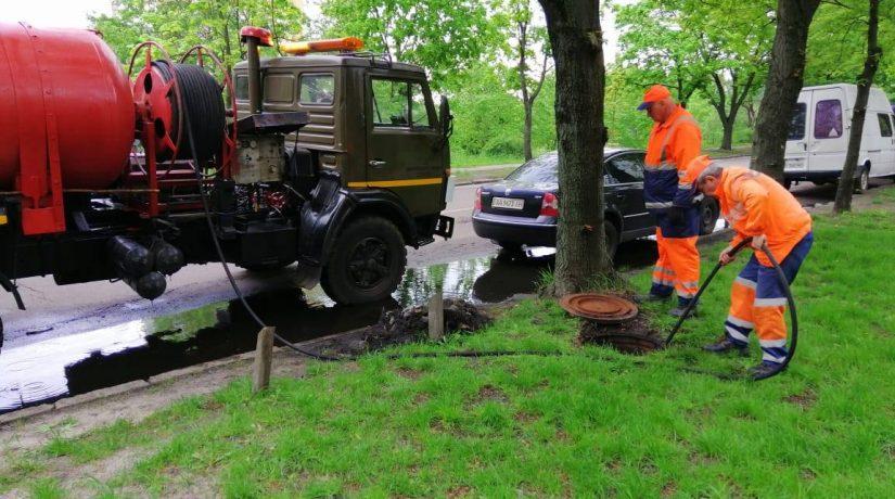 Перед прогнозируемой грозой во всех районах города чистят ливнестоки