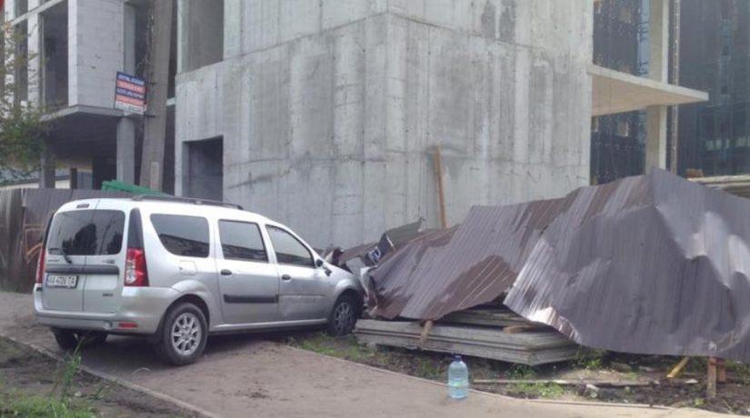 На бульваре Дружбы Народов автомобиль сбил мужчину с ребенком