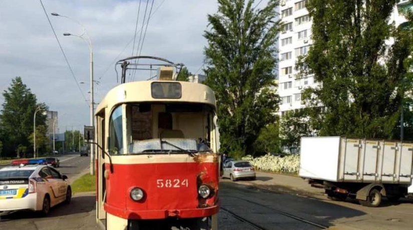 На Оболони столкнулись трамвай и грузовик, перевозивший хлеб