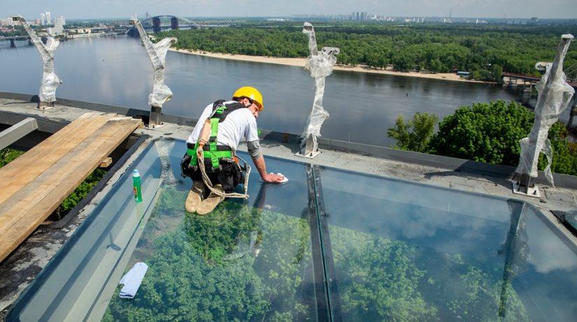 На велосипедно-пешеходном мосту устанавливают стеклянный пол