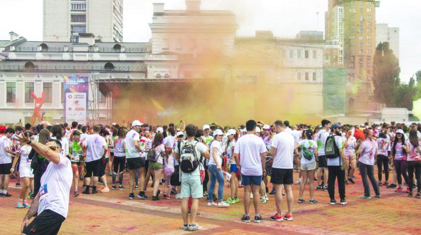 Участники Kyiv Color Run использовали во время забега две тонны красок холи