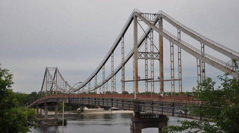 Прохожие спасли женщину, прыгнувшую с моста в Днепр