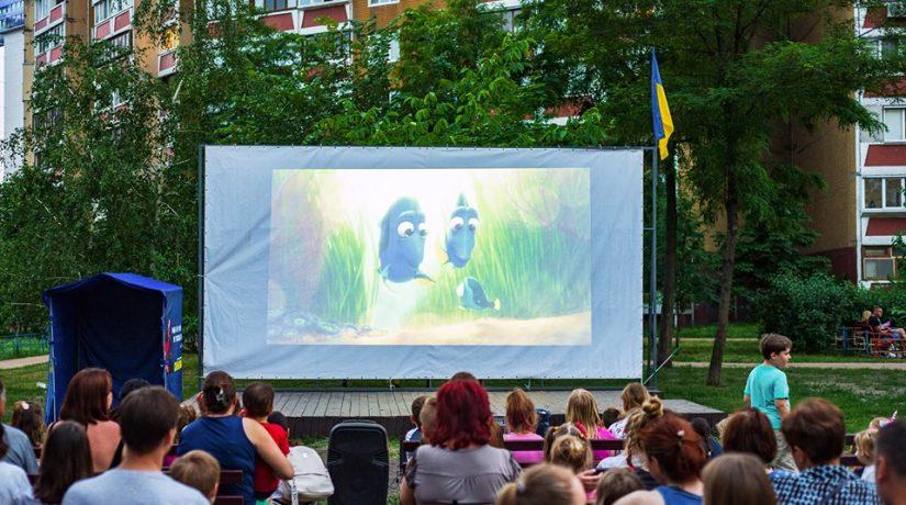 В Дарницком районе стартовал сезон кинопоказов под открытым небом