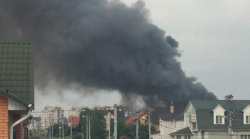 На металлобазе в Буче произошел пожар на площади 1600 квадратных метров