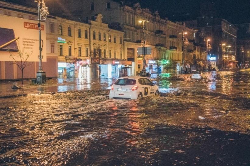 Потоп на Крещатике – в плотной застройке воде некуда впитываться