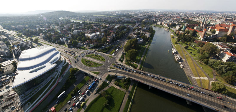 Краковский конгресс-холл выстроен на развязке на берегу Вислы