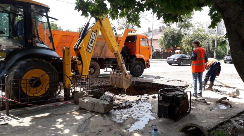 В Соломенском районе из-за прорыва трубы без воды остались шесть домов
