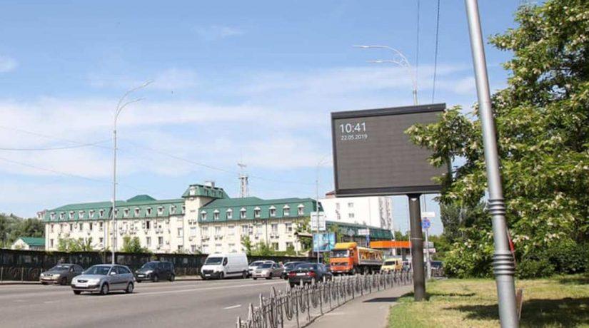 С улицы Межигорской убрали почти три десятка больших рекламных щитов