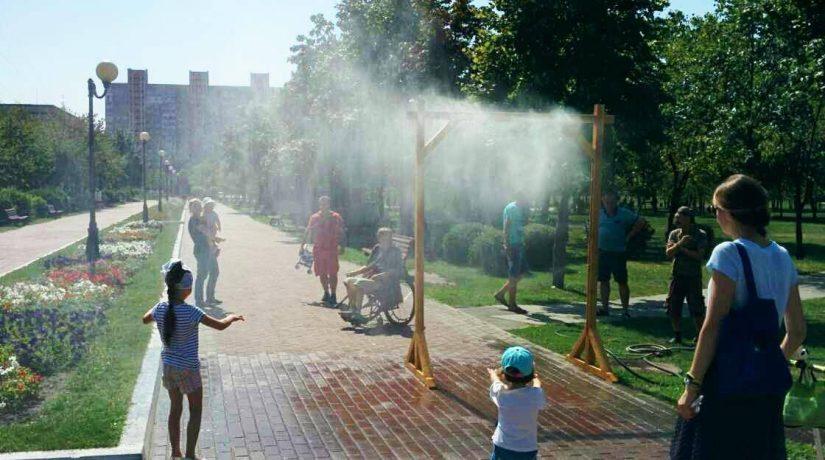В парках и скверах города установили охлаждающие рамки