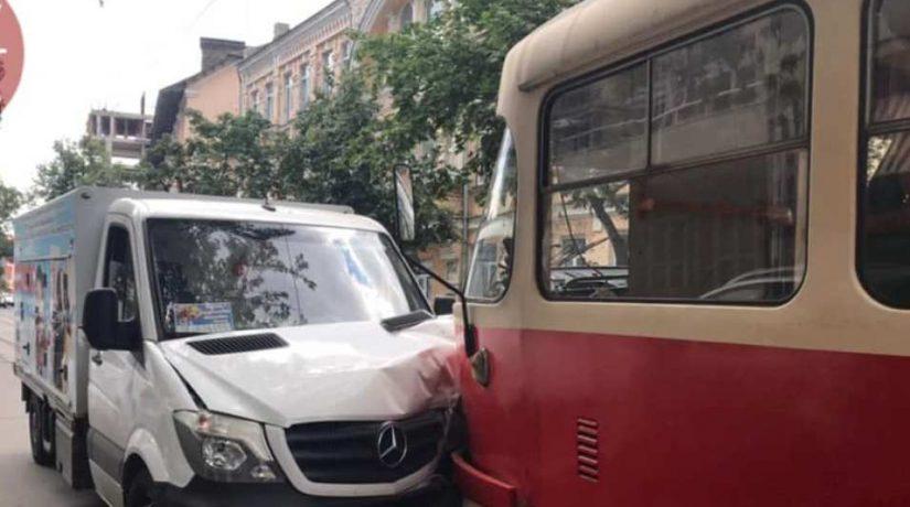 На улице Кирилловской столкнулись трамвай и грузовик с мороженым
