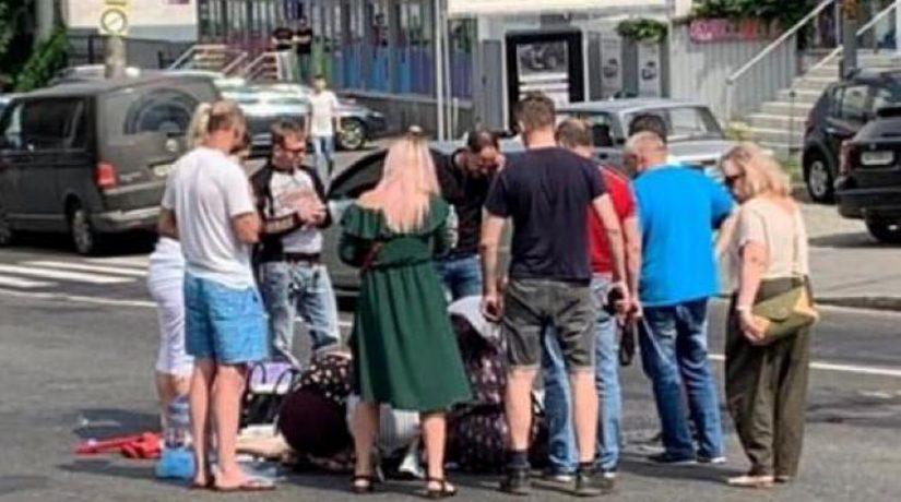 В Соломенском районе водитель автомобиля сбил двух человек и скрылся
