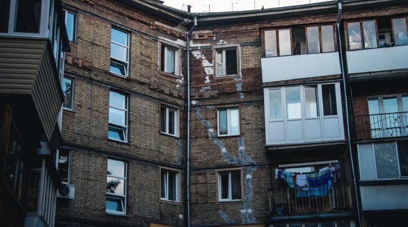 Под зданием КГГА митинговали жильцы аварийного дома