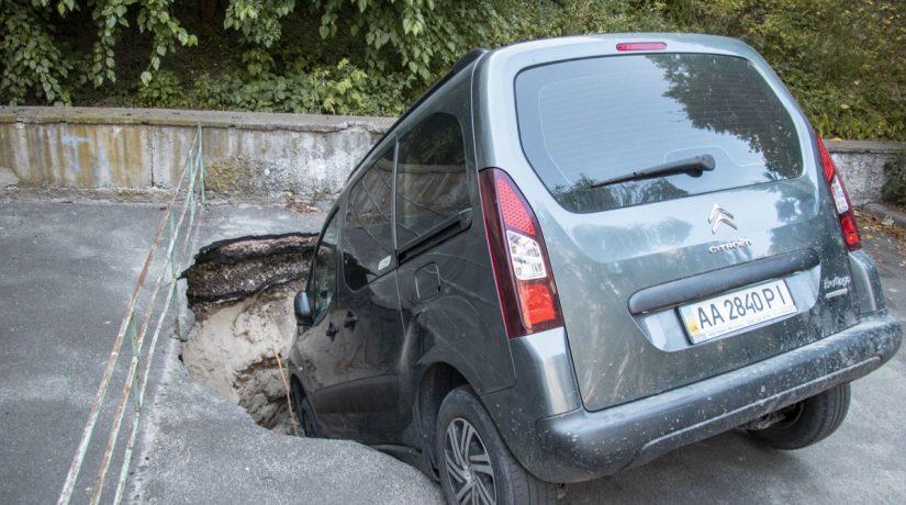 На Крещатике два автомобиля провалились под асфальт