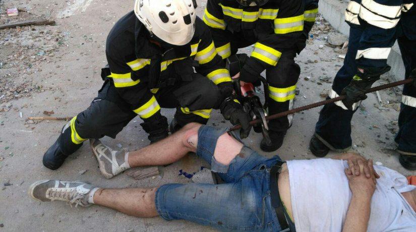 Спасатели помогли обрезать застрявший в ноге мужчины металлический прут