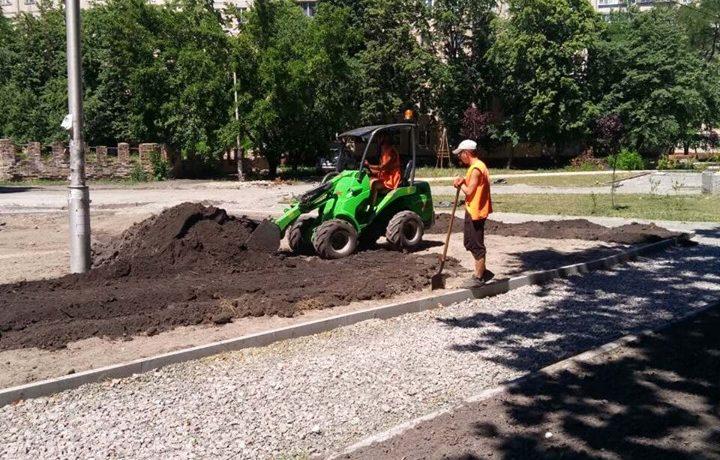 На улице Стальского обустраивают новый сквер