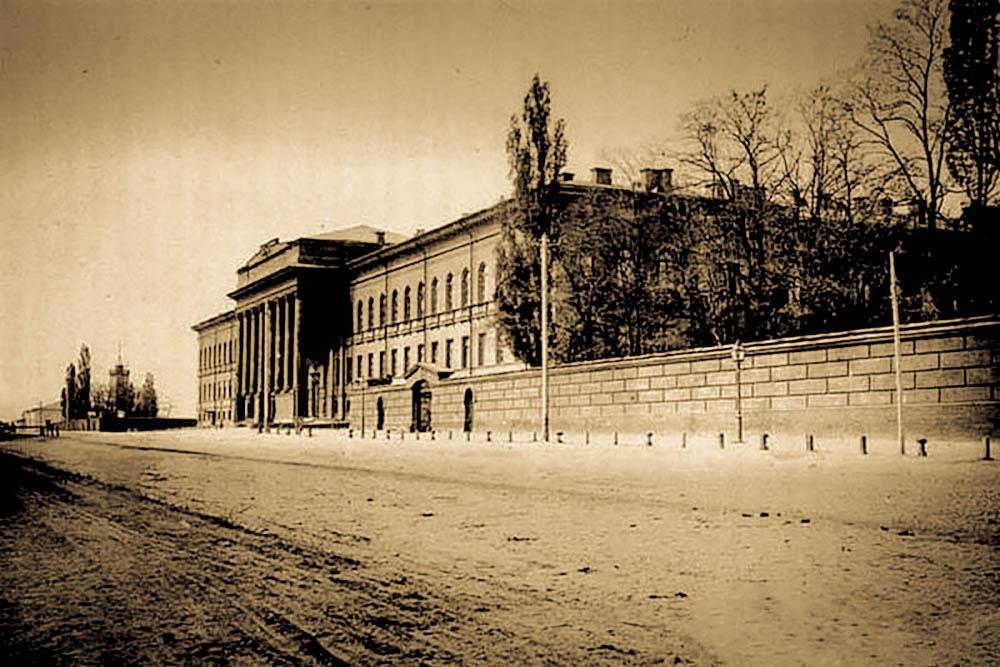 Гимназисты перед зданием Первой киевской гимназии