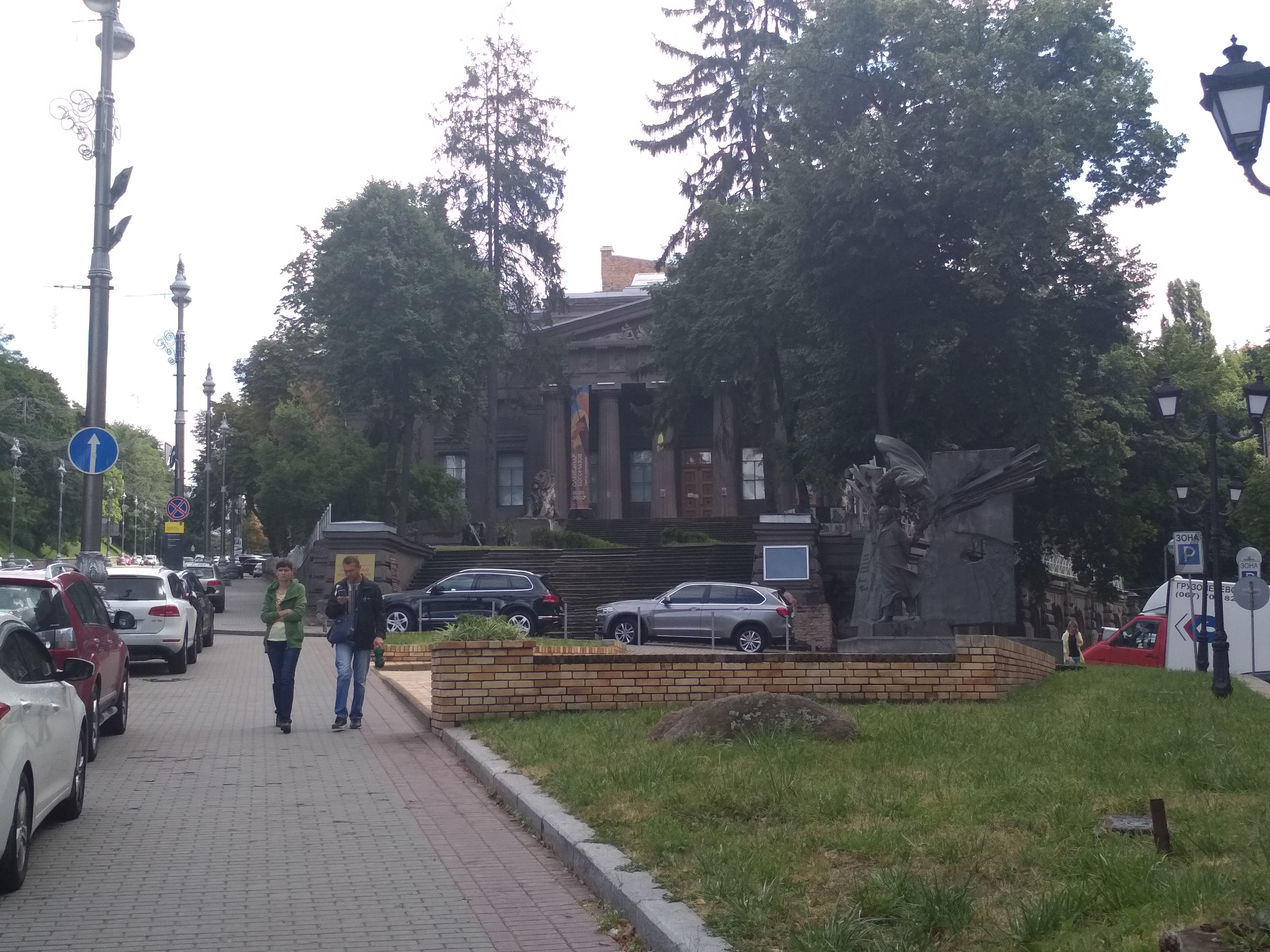 Ныне Художественный музей упрятан в «дальний угол» центра