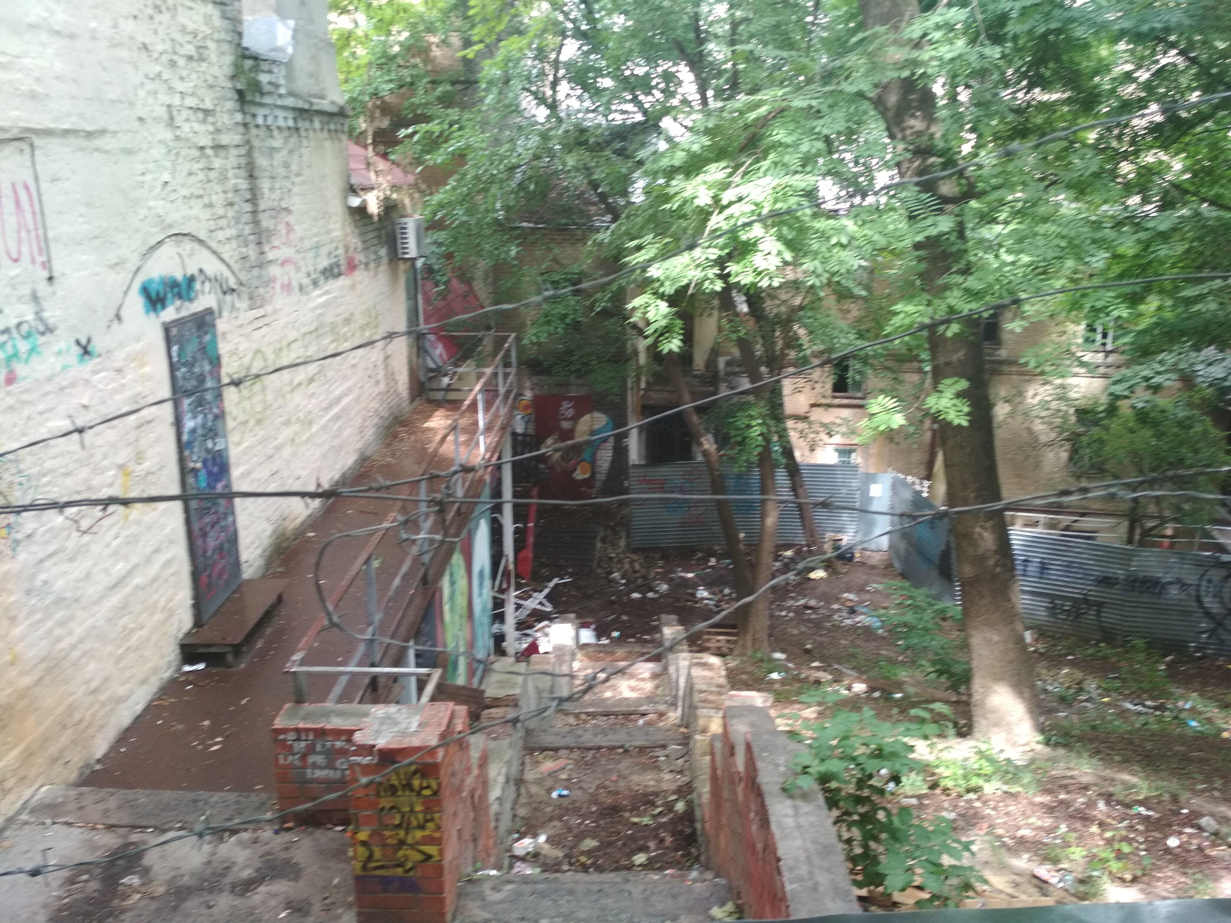До сегодняшних дней сохранились остатки лестниц с холма Октябрьского дворца к улице Грушевского