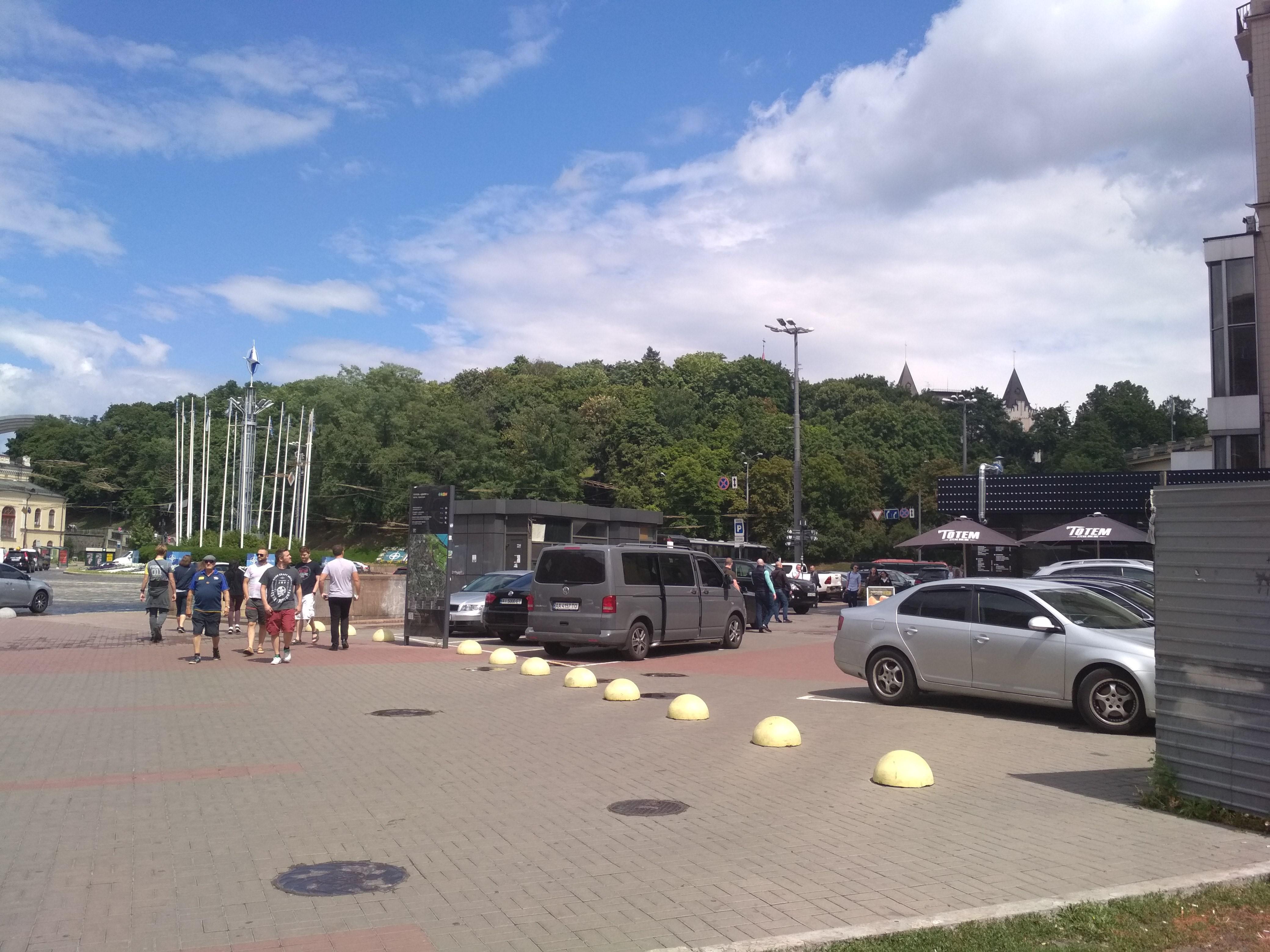 Сейчас людей отправляют в подземный переход, а тротуар перед отелем «Днепр» сдан под парковку