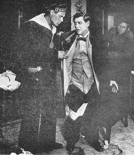 Обыск буржуя: кадр из фильма «В когтях Советской власти», 1926 г.