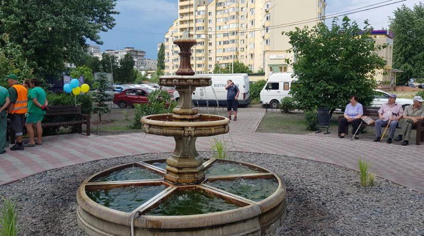 В Дарницком районе открыли новый сквер с фонтаном