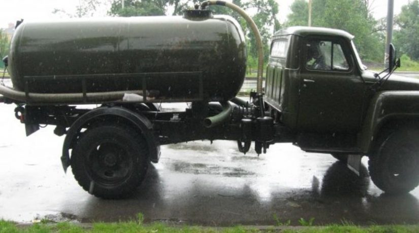 Недобросовестные ассенизаторы сливают стоки на городские газоны