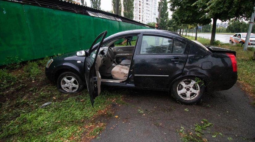 На улице Радужной водитель Chery снес столб и вылетел на тротуар
