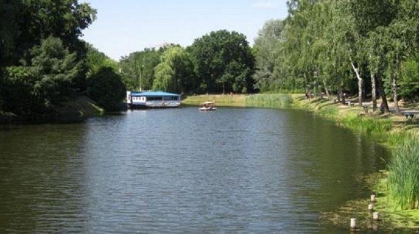 Спасатели достали тело парня из водоема в парке «Нивки»