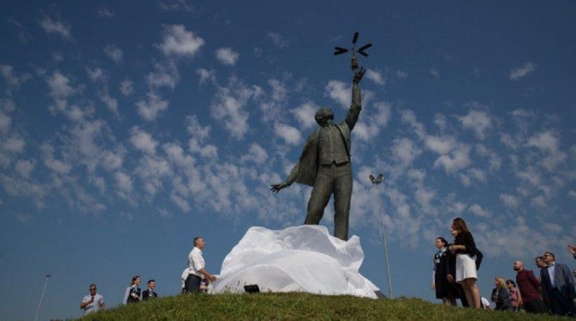 В Киеве открыли памятник Игорю Сикорскому