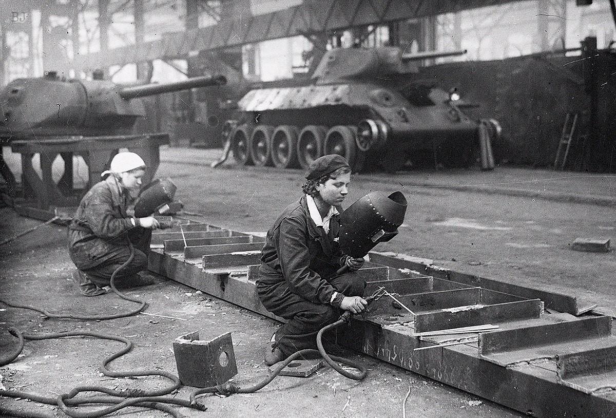 женщины на танковом заводе, война