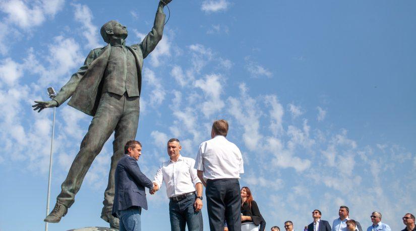 памятник Сикорскому