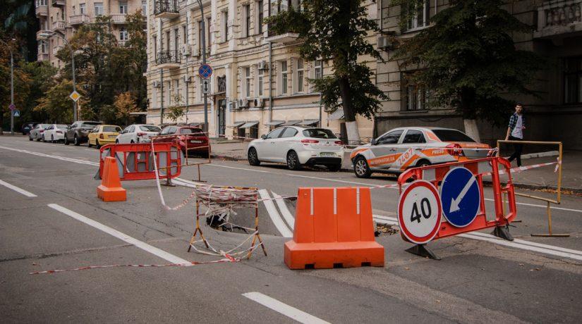 В центре столицы провалился асфальт: проезд ограничен