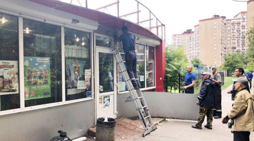На Осокорках демонтировали торговавший алкоголем МАФ