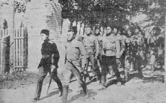 Добровольцы входят в захваченный город
