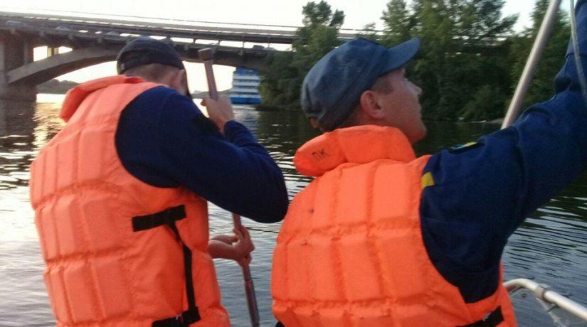 Водолазы достали тело мужчины из реки Днепр возле моста Метро