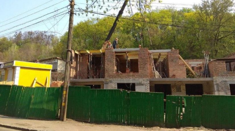 Застройщик пытается оспорить остановку строительства на ул. Нижнеюрковской