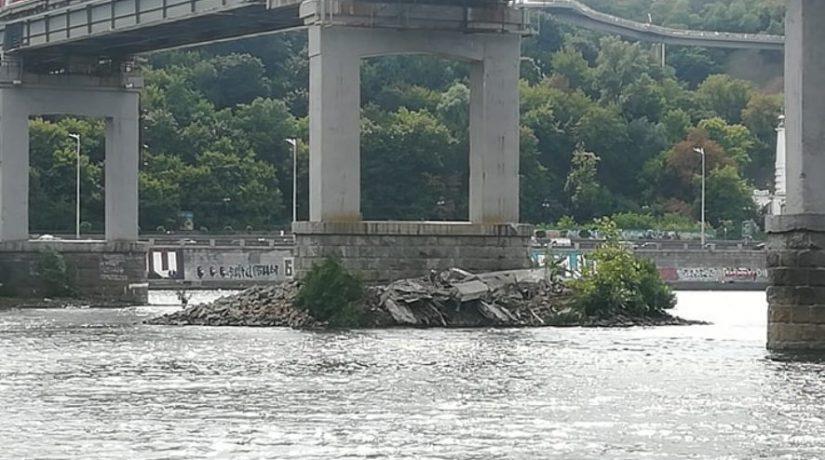 На парковом пешеходном мосту отвалилась часть конструкции