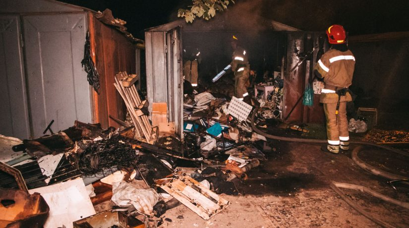 Во дворе дома на Нивках сгорел пункт приема вторсырья