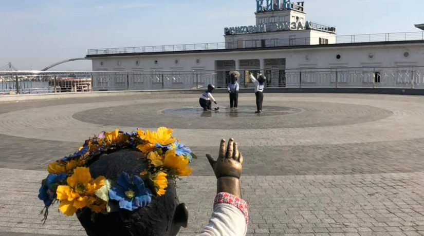 Скульптуры малышей на Почтовой площади нарядили в морскую форму
