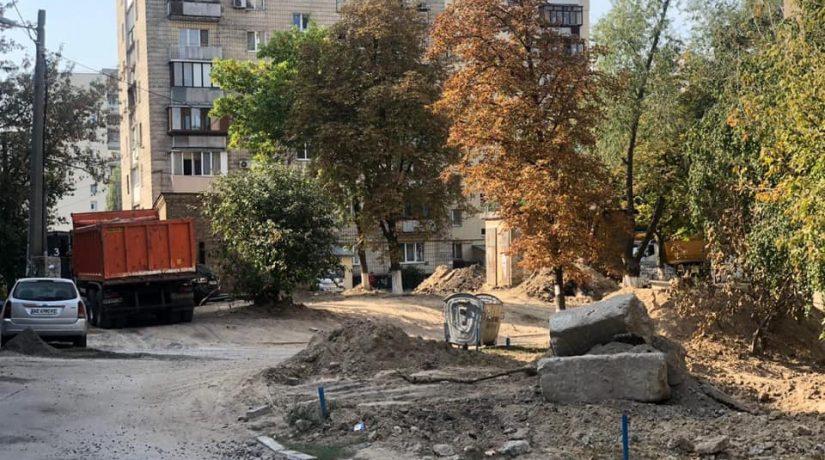 В Голосеевском районе возле жилого дома создают первый в Киеве европейский двор