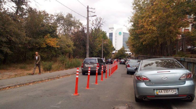 Против хаотичной парковки на Вознесенском спуске установили делиниаторы