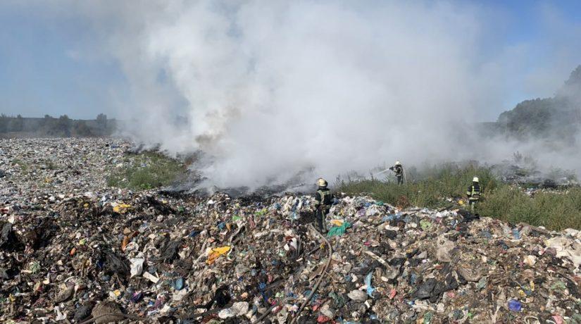 Спасатели ликвидируют масштабный пожар на мусорной свалке под Киевом