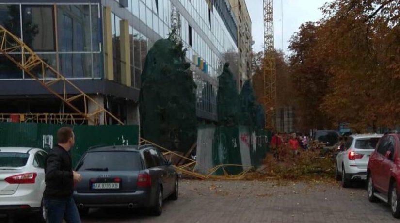 Возле кинотеатра «Зоряний» упала стрела строительного крана