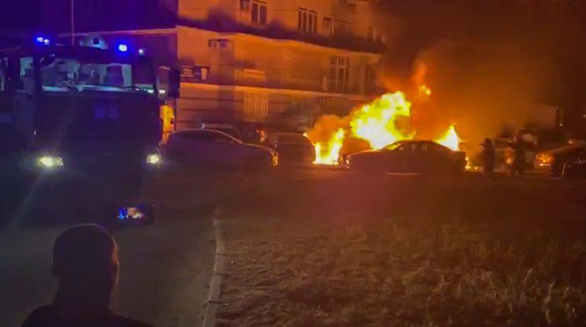 На Осокорках во дворе дома сгорели несколько автомобилей