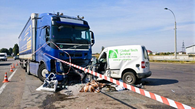 На окружной дороге Броваров легковушка влетела под фуру, водитель погиб