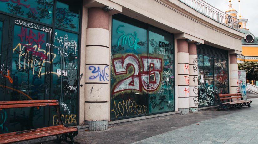Вандалы испортили Почтовую площадь граффити